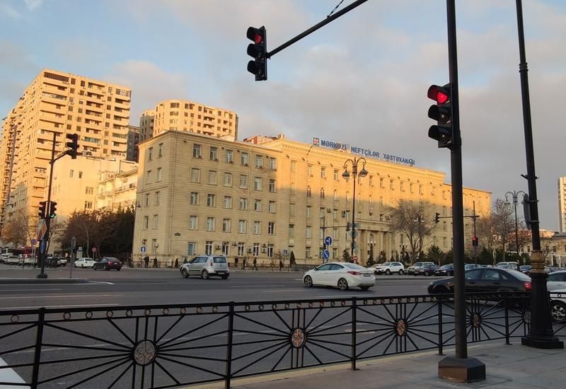 Одну из центральных улиц Баку пересекли два перекрёстка со светофорами