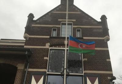 """В нидерландском городе Остервейк на здании мэрии вывешен азербайджанский флаг в память о директоре """"Baku Network"""" Эльхане Алескерове - ФОТО"""