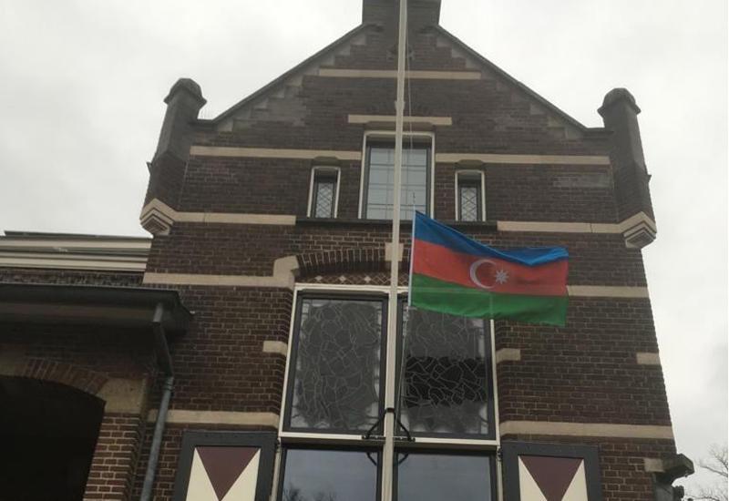 """В нидерландском городе Остервейк на здании мэрии вывешен азербайджанский флаг в память о директоре """"Baku Network"""" Эльхане Алескерове"""
