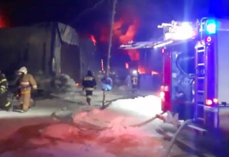 В России горит огромный склад со вторсырьем