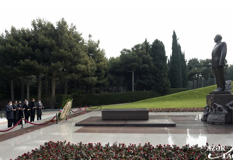 Генеральный директор ИСЕСКО посетил могилу великого лидера Гейдара Алиева и Шехидляр хиябаны