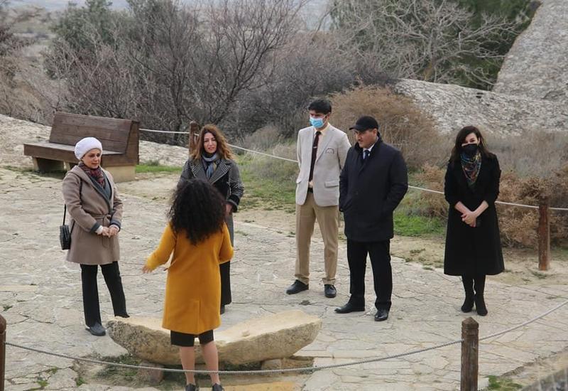 İCESCO-nun baş direktorunun xanımı Qobustan Qoruğunda olub