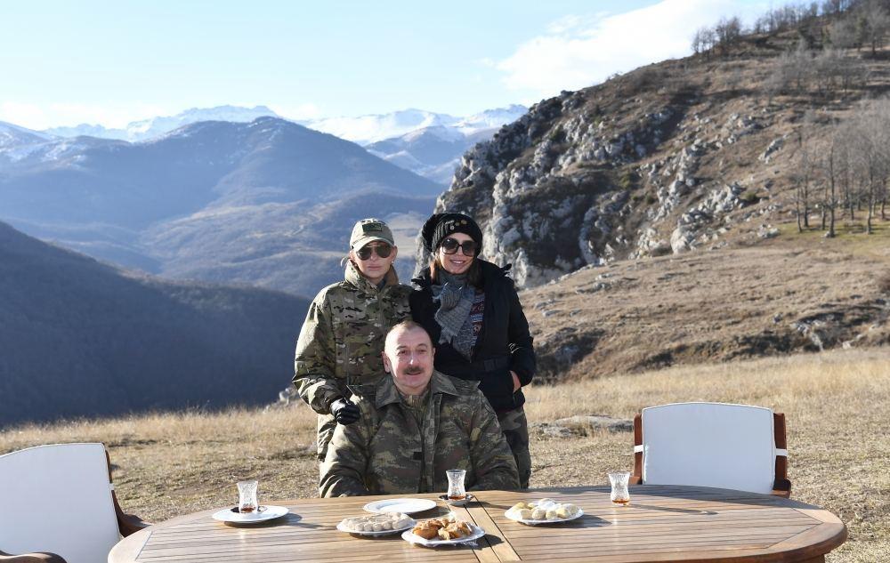Prezident İlham Əliyev: Cıdır düzündə armudu stəkanda çay, paxlava ilə, dostlarımız sevinsin, düşmənlərin gözü kor olsun!