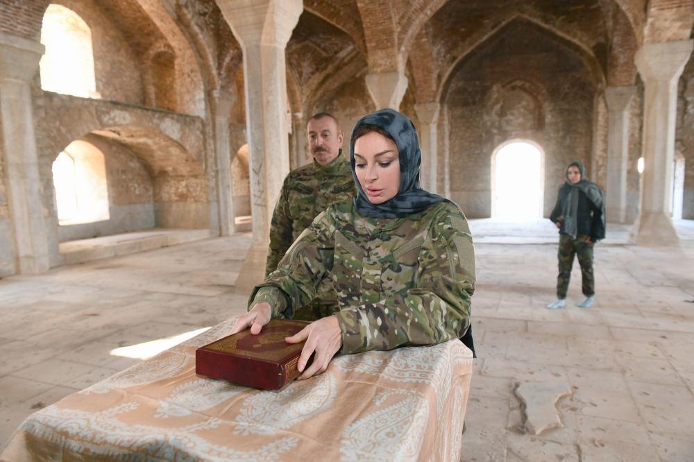 Президент Азербайджана Ильхам Алиев и Первая леди Мехрибан Алиева посетили мечеть в Шуше