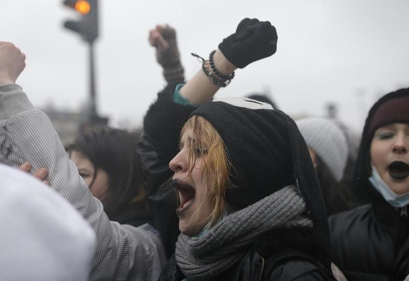 Тысячи человек вышли на улицы Парижа