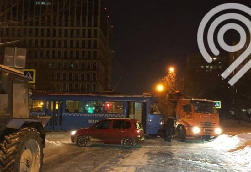 Трамвай от удара сошел с рельсов