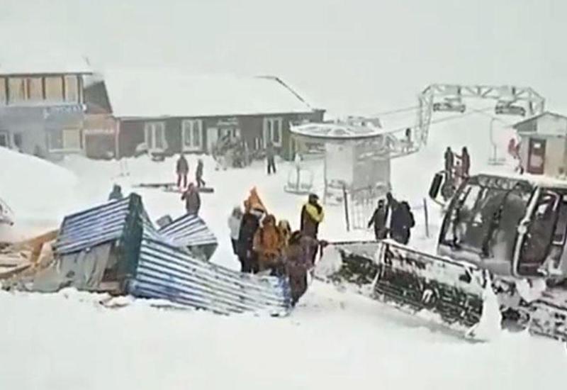 Лавина обрушилась на людей на горно-лыжном спуске