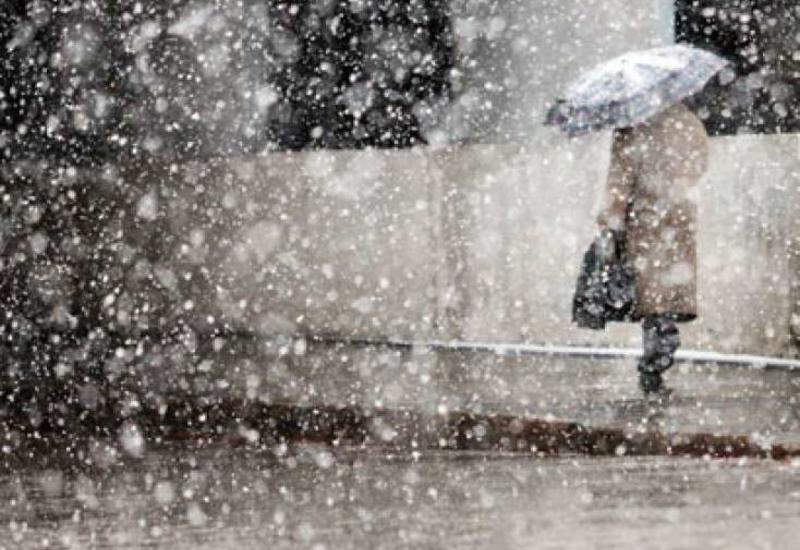 В Баку пошел снег