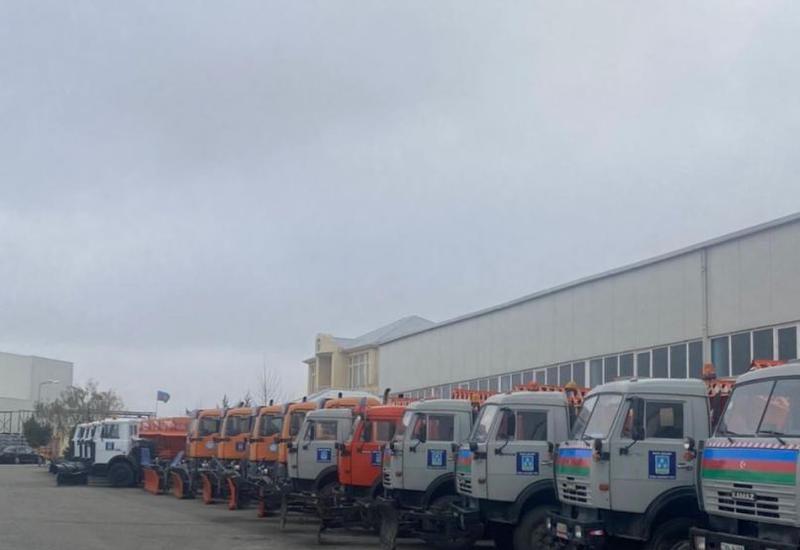 В Баку подготовили спецтехнику для снежной погоды