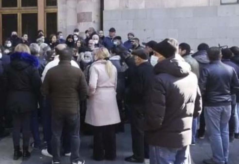 Наемники митингуют у здания минобороны Армении