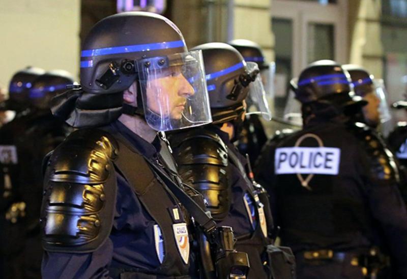 Сотни человек протестуют в Париже против сокращений и закона о безопасности