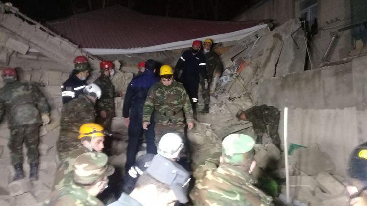 Сильный взрыв в жилом доме в Хырдалане, под завалами находятся люди, есть погибший