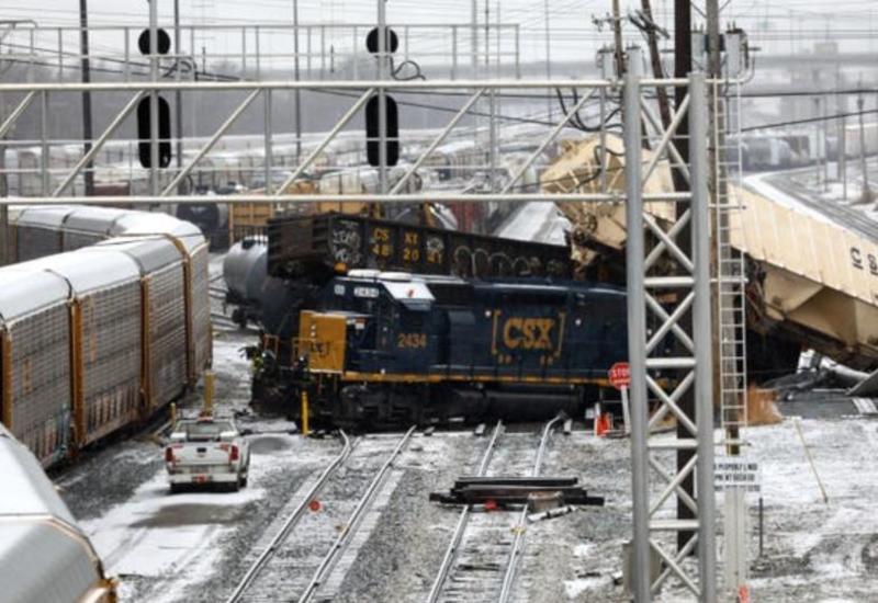 Семь вагонов поезда сошли с рельсов в США, произошел разлив топлива