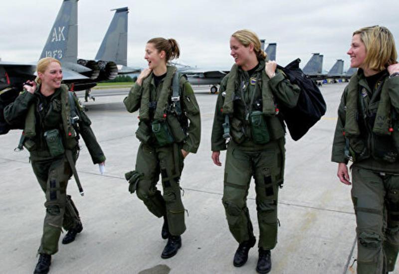 Женщинам в армии США разрешили ходить с распущенными волосами и красить губы