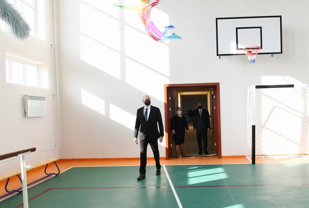 Президент Ильхам Алиев ознакомился с условиями, созданными в новопостроенных школах в Сабунчинском и Сураханском районах Баку
