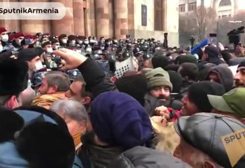 Митингующие в Ереване пытаются прорваться в здание правительства