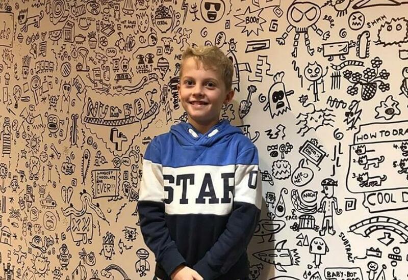 9-летнего мальчика ругали за рисование на уроках, а теперь он расписывает стену ресторана