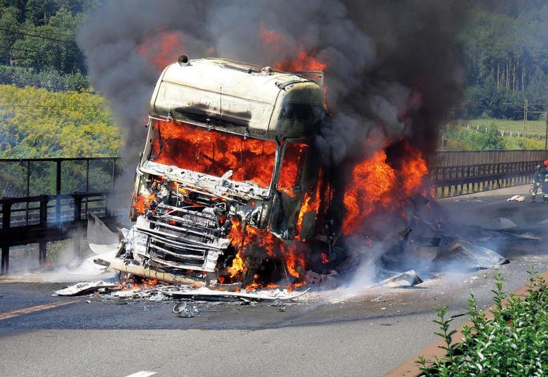 В Баку сгорел грузовик, в Кюрдамире – легковой автомобиль