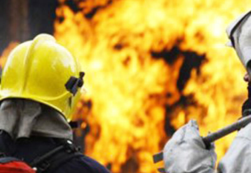 В Баку горит жилое здание