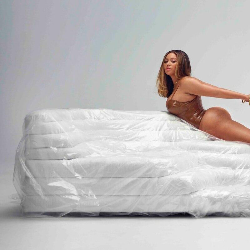 Бейонсе опубликовала фото в купальнике из латекса и восхитила фанатов