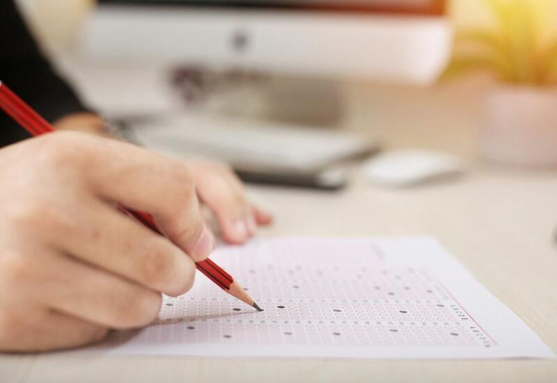 4 абитуриента выложили анкеты с вопросами в соцсети во время экзаменов