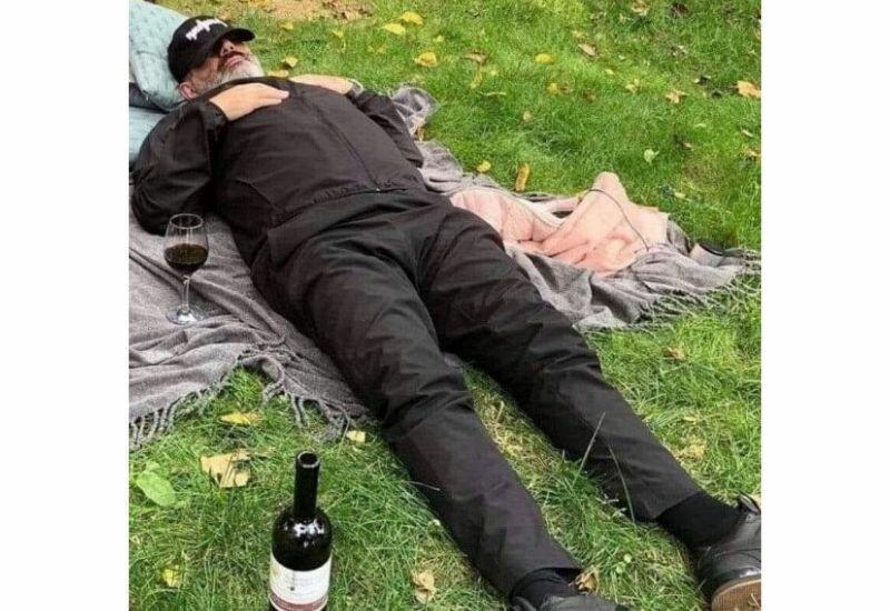 Армяне оставляют водку для Пашиняна у ворот его дачи