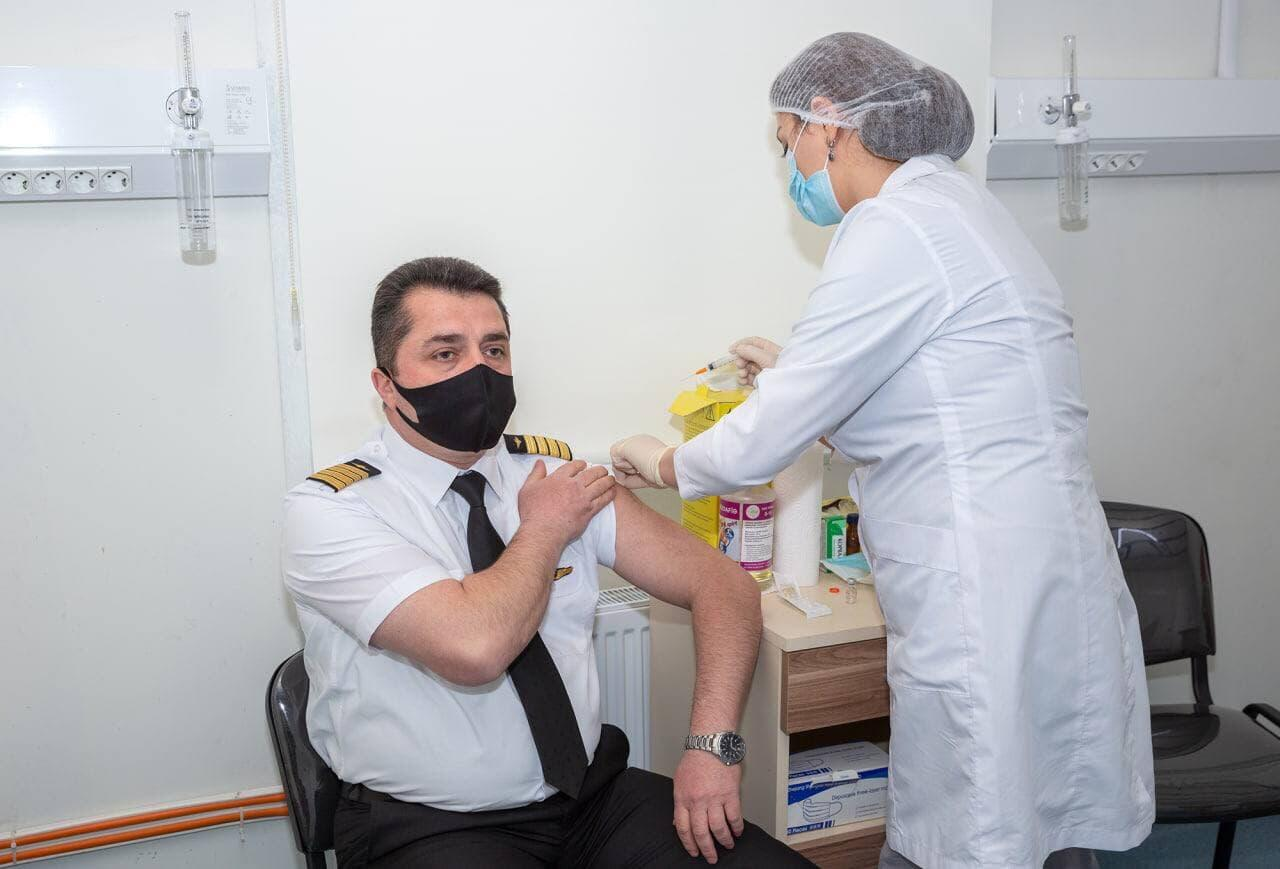 Сотрудники AZAL старше 50 лет вакцинируются от коронавируса
