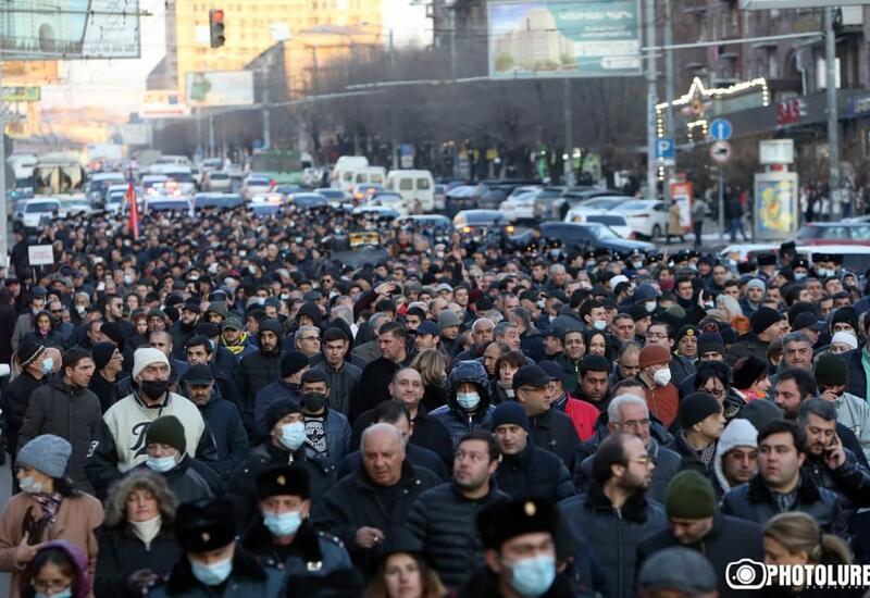 Протестующие в Ереване заблокировали улицы рядом с центральной площадью