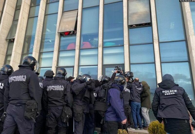 В Грузии полиция провела рейд в штаб-квартире оппозиционной партии, есть задержанные