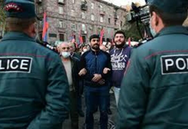 К зданиям правительства в Ереване стянуты силы полиции