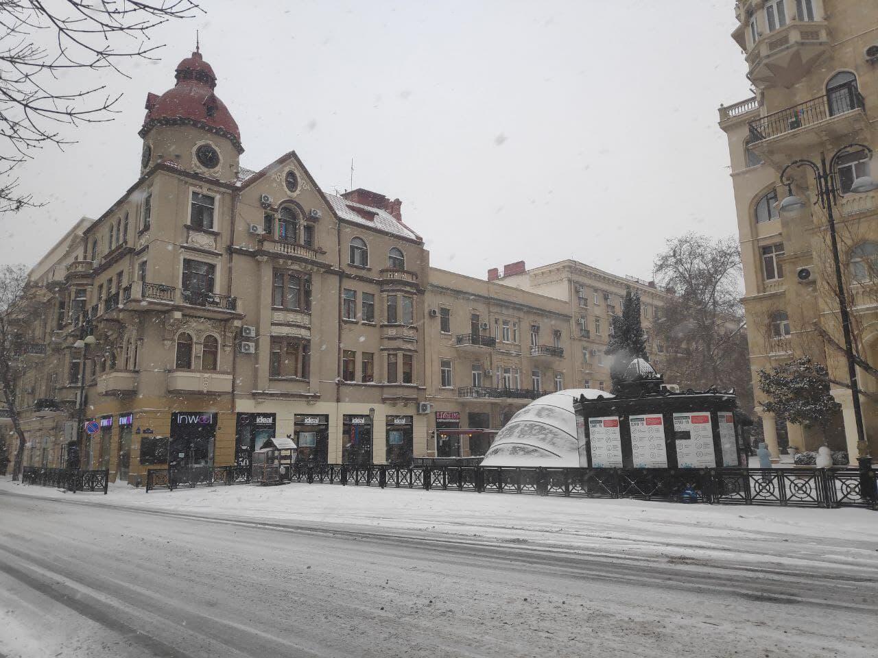 """""""Торговая"""" и площадь фонтанов в снегу"""