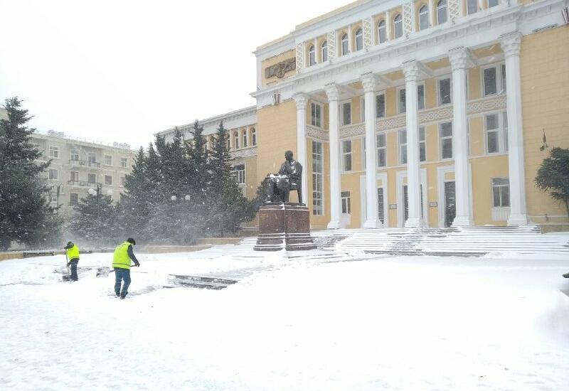 В Баку толщина снега достигла 20 см, в Шахдаге - 27