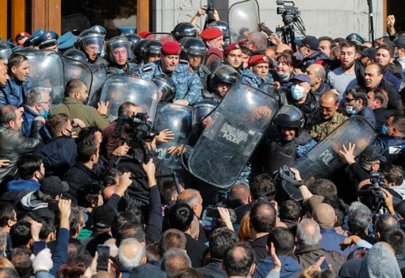 Армянские протестующие ворвались в здание Ереванского университета