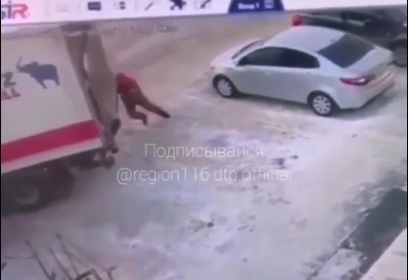 Мужчина руками попытался остановить фуру, но трагедии избежать не удалось