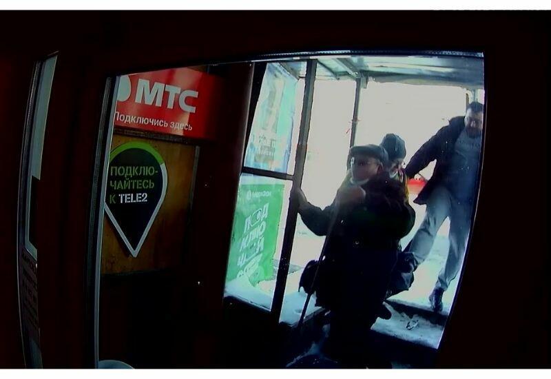 Мужчина пнул в спину пожилого инвалида, который мешал ему пройти в магазин