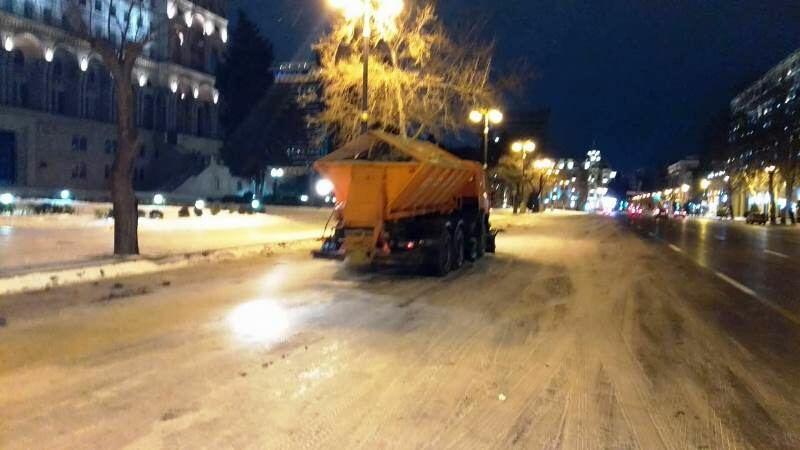 В Баку продолжают убирать снег