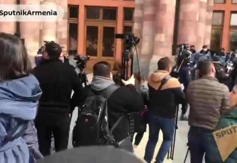Протестующие собираются у дома правительства в Ереване