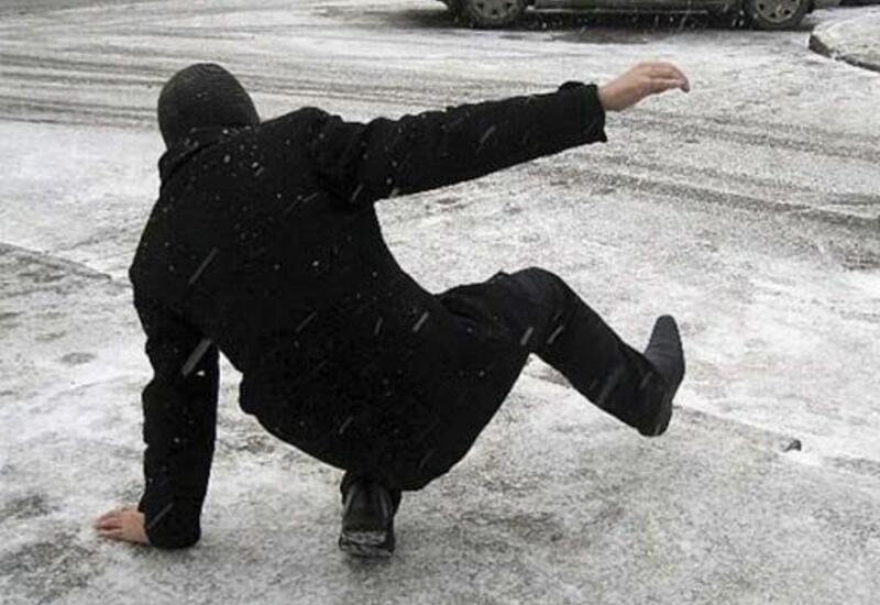 В Баку 71 человек получил травмы из-за снежной погоды