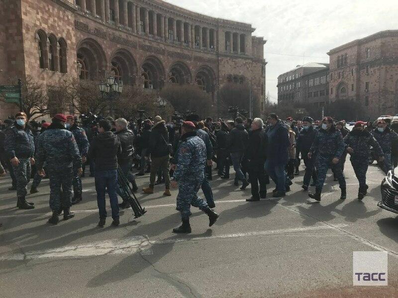 Пашинян заявил, что останавливает уличные акции и призывает оппозицию начать консультации