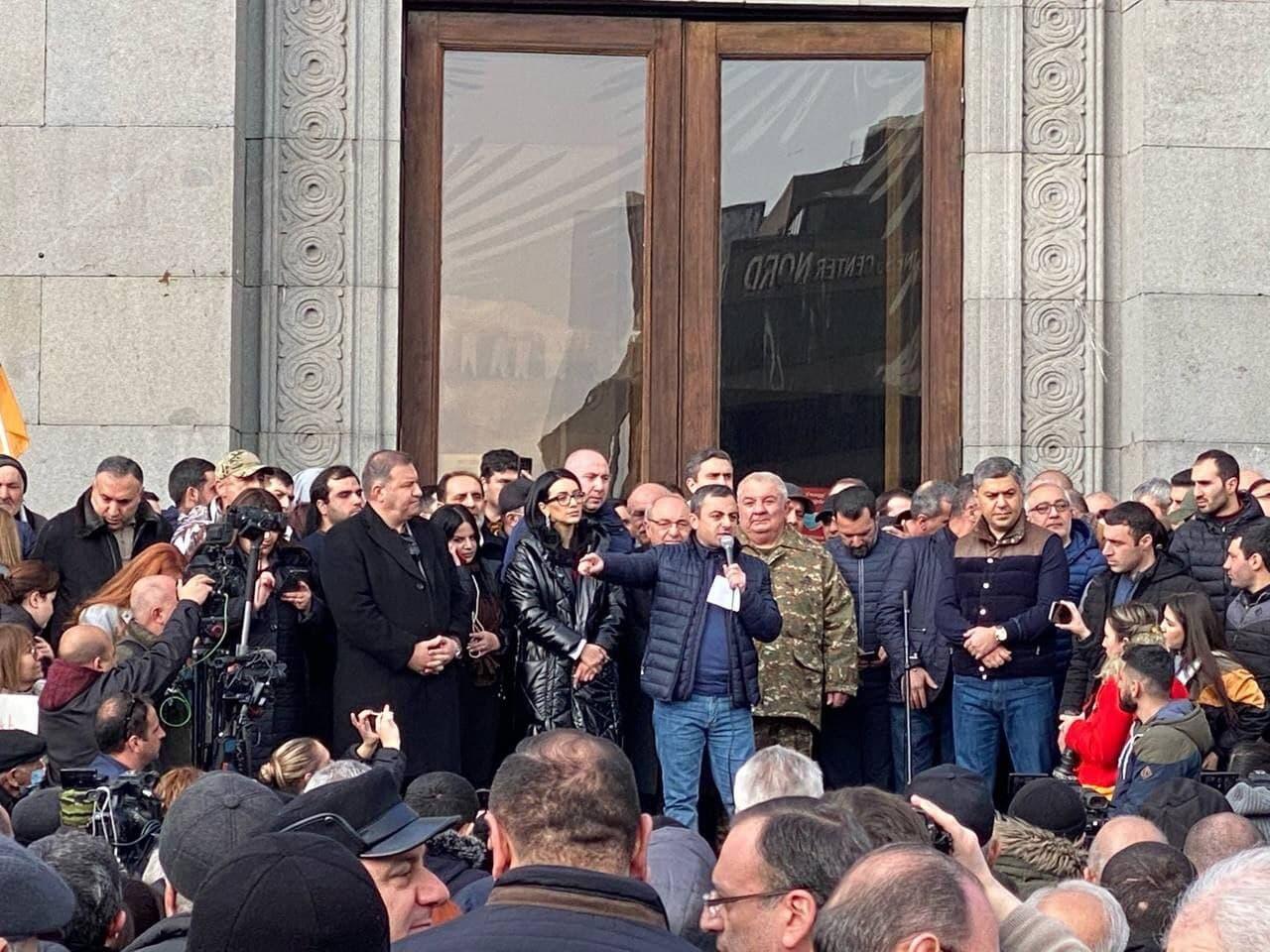 Протесты в Ереване, армия пошла против Пашиняна