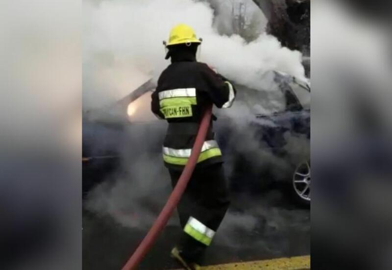 В Баку сгорел легковой автомобиль, в Гяндже - грузовик