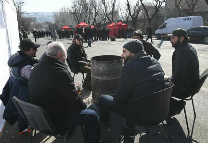 Оппозиционеры провели вторую ночь у парламента в Ереване