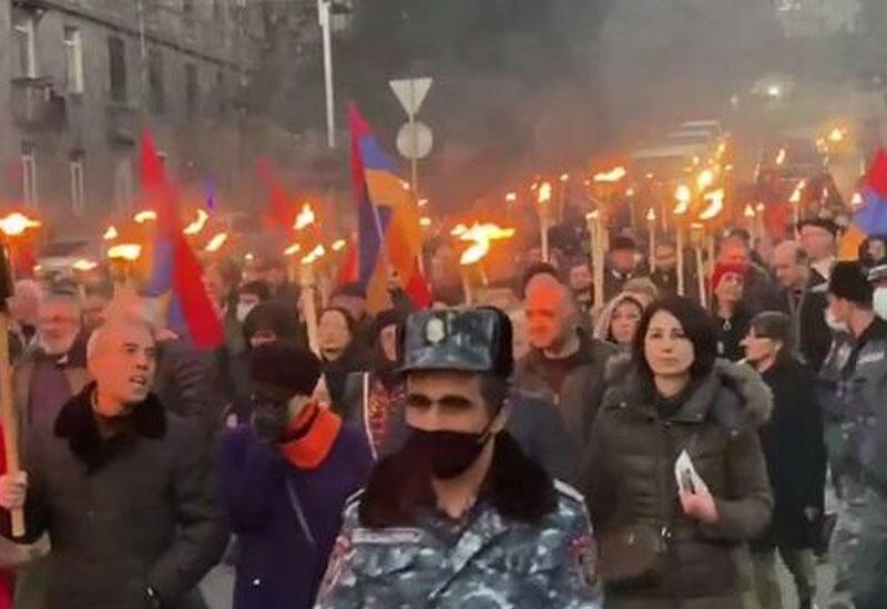 Радикальные армянские националисты устроили факельное шествие в центре Еревана