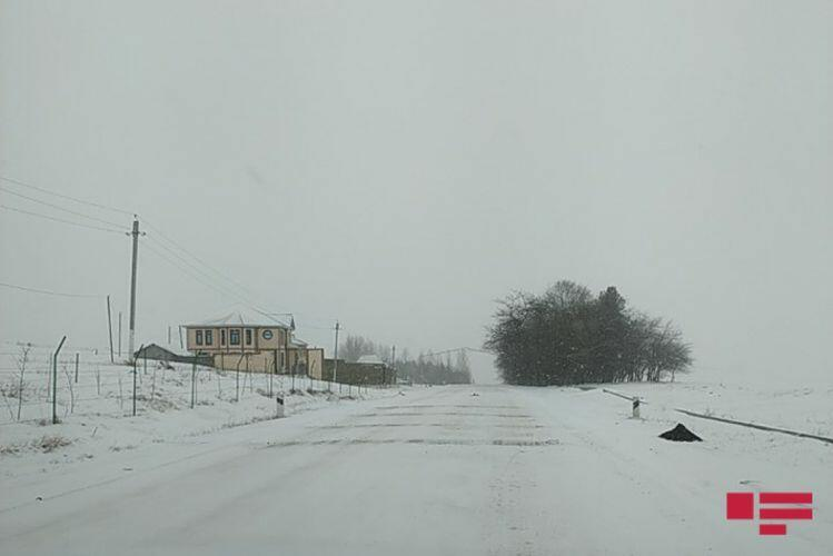 Снегопад в Гядабее затруднил движение транспорта