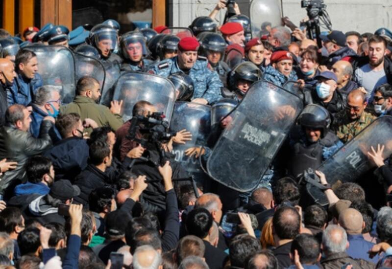 Оппозиционеры ворвались в правительственное здание в Ереване