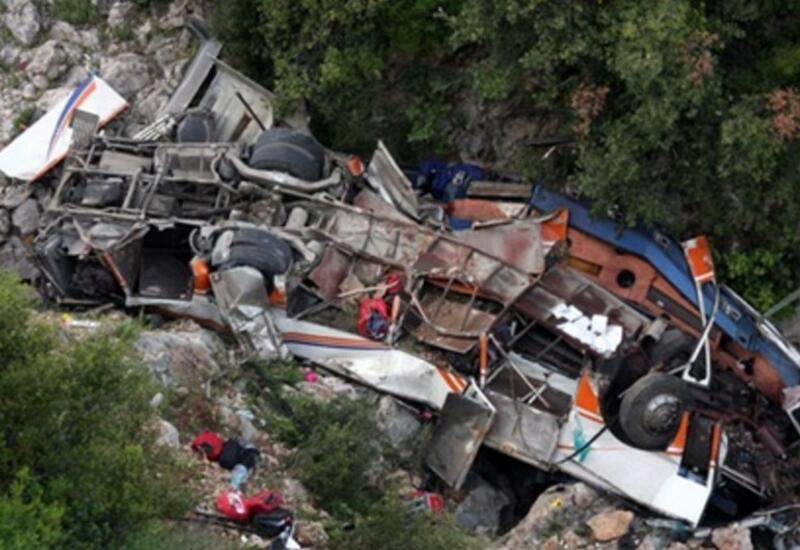 В Боливии автобус упал в ущелье