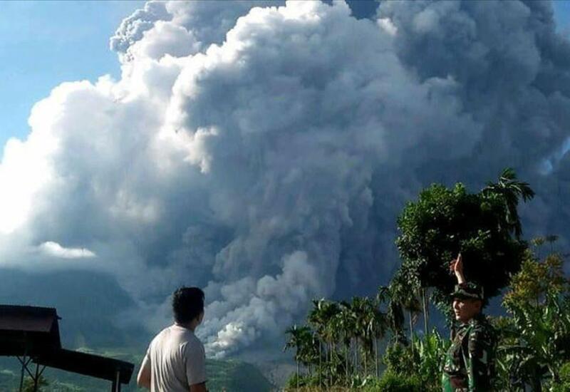 Начало извержения вулкана в Индонезии попало на камеру