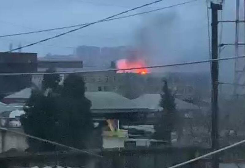 В Баку горит общежитие