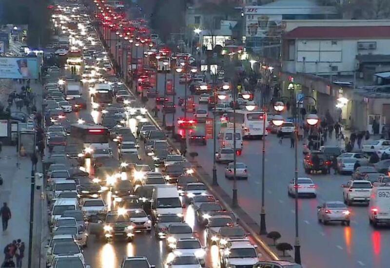 Огромные пробки на некоторых дорогах в Баку