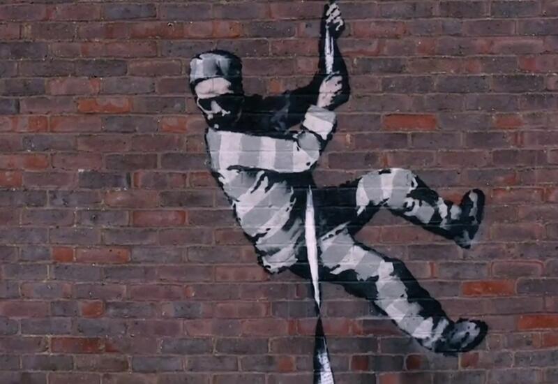 Бэнкси впервые показал, как создает свои граффити